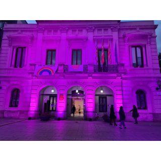 🖊 25N 💜 BCN lliure de violencia masclista 📌 ubicacion: Plaça Comas, Barcelona 🛠 Material: *Il•luminació façana parled🟣 #culturasegura #femesdeveniments #wemakeevents #music #musica #stage #escenarios #sound #sonido #so #light #lighting #estructura #barcelona #bcn #bcnantimasclista #25n #ensvolemvives #instagram #larulot #larulotrules #somespectacle