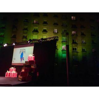 🖊 Encesa de Llums de Nadal 🎄 📌 Ubicació: Plaça Mirall de Pedralbes, Barcelona 🛠 Material: *Escenari Sumescal 6x6 *Moqueta *Cadires *Il•luminació Parled *Il•luminació Pc *Equip de so Line Array *Midas M32 *Projector i Pantalla *Estructura Litec *Retransmissió en Streaming #culturasegura #femesdeveniments #wemakeevents #music #musica #stage #escenarios #sound #sonido #so #light #lighting #estructura #barcelona #bcn #instagram #encesadellums #nadal2020 #larulot #larulotrules #somespectacle